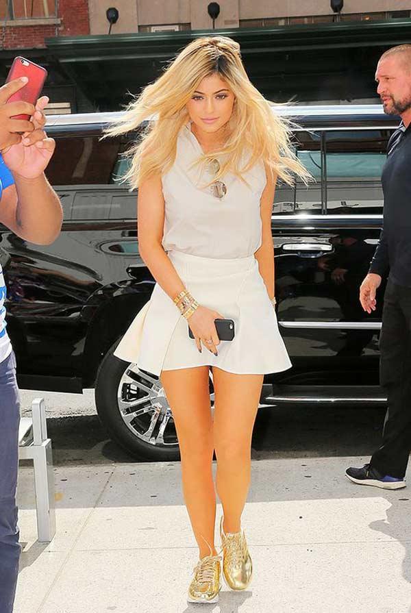 Короткая юбка с кроссовками