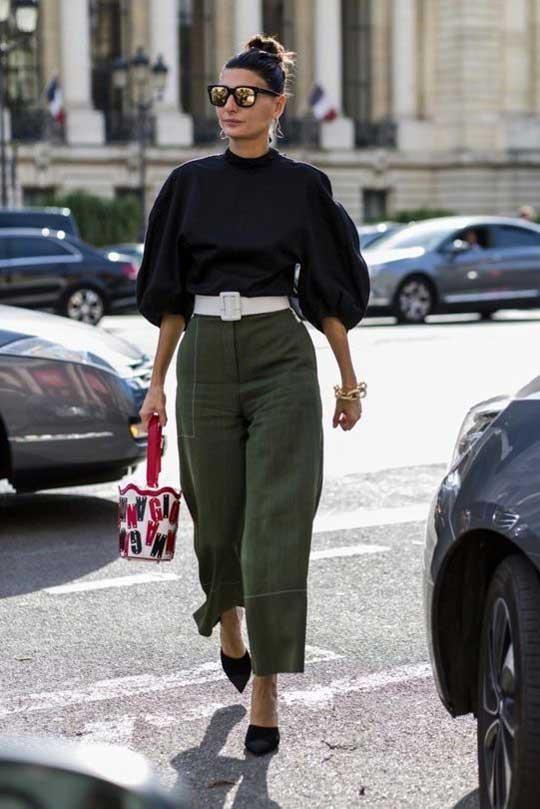 Укороченные брюки и черная легкая блуза