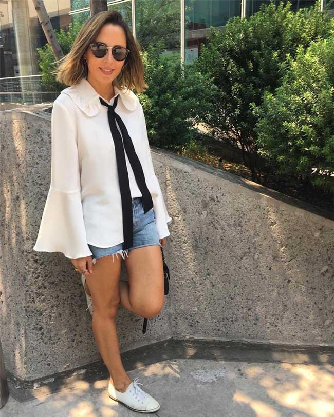 Шорты и белая блуза с широкими рукавами