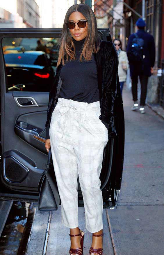 Белые брюки и черная водолаза и тренч