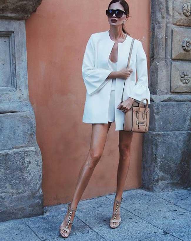Белый костюм с юбкой и аксессуары