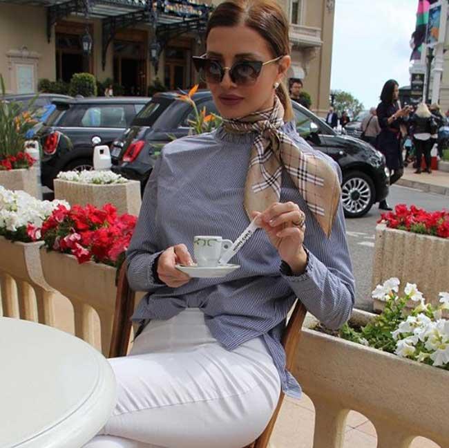 Белые брюки и блуза с принтом