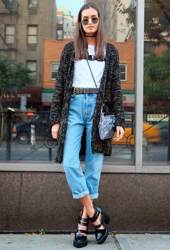 Кардиган средней длины с голубыми укороченными джинсами