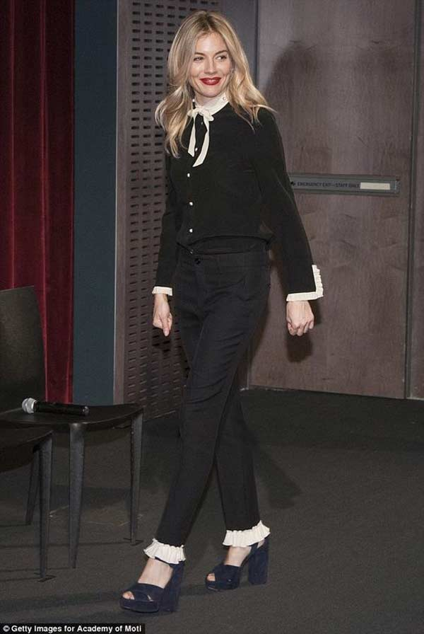 Черные брюки с оборками по низу брючин
