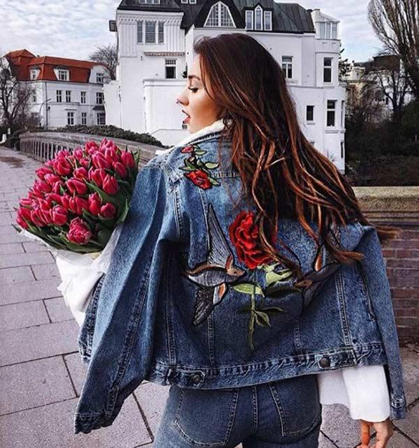 Реалистичный цветочный принт на джинсовой куртке - модный образ 2017