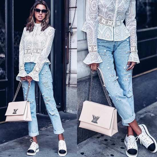 Модное сочетание блуза с рюшами и спортивная обувь