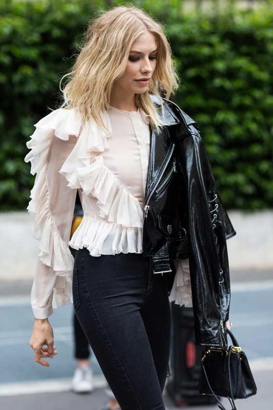 Модный образ с блузка с рюшами, джинсы и куртка косуха