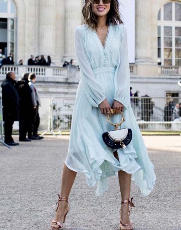 Нежно-голубое платье на лето