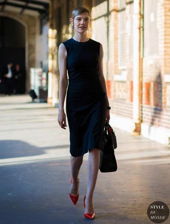 Черное платье и гладкая укладка