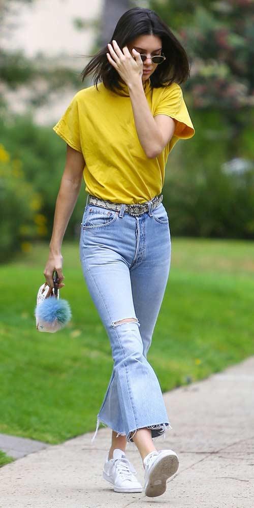 Джинсы и желтая футболка