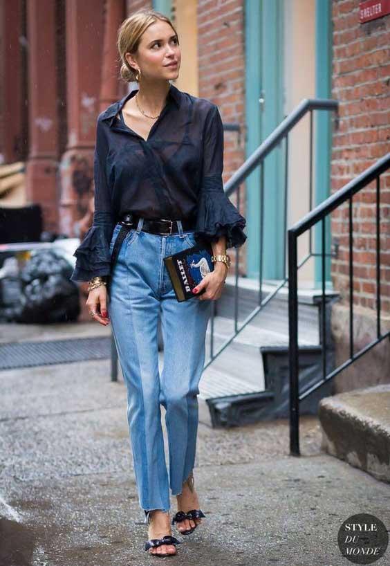 Джинсы и черная блуза