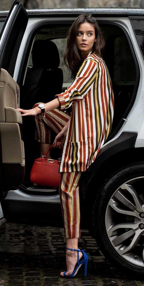 Брючный летний костюм с босоножками на каблуке