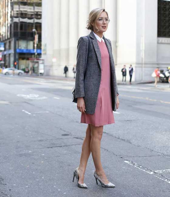 Серый жакет и розовое платье