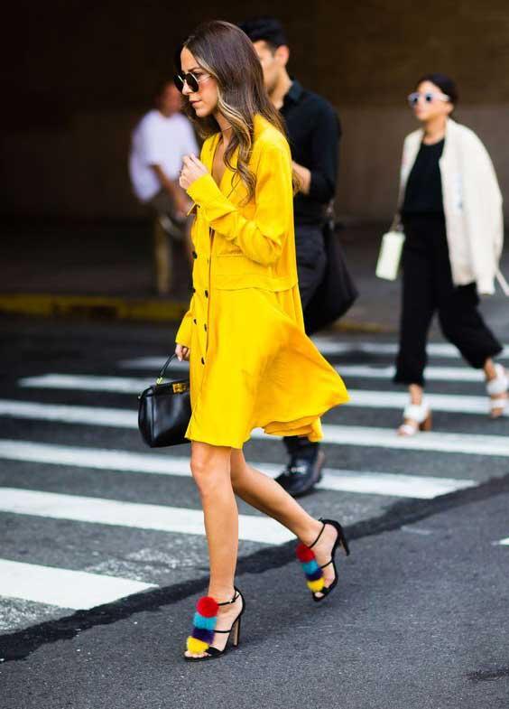 Желтое платье и босоножки с помпонами