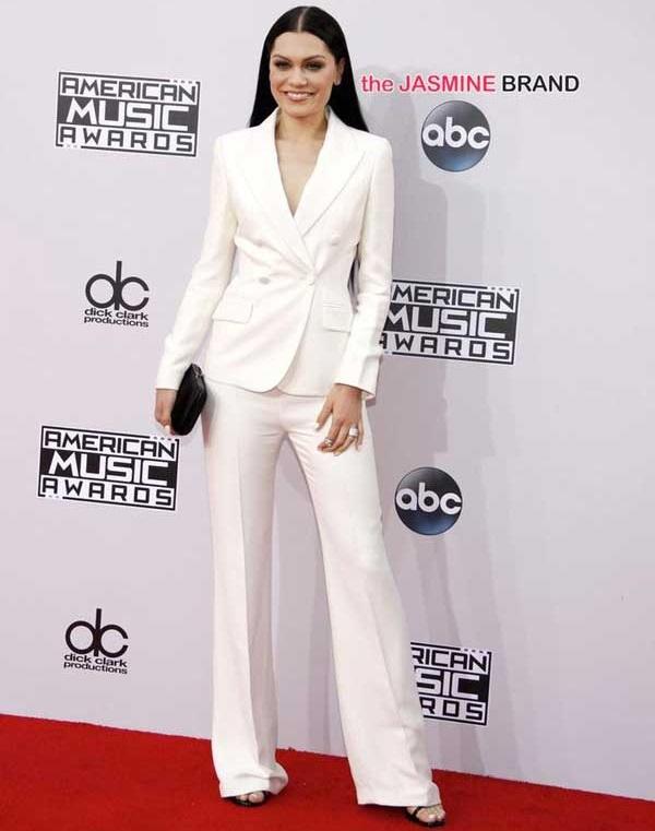 Белый костюм женского кроя
