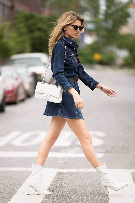 Девушка джинсовый лук + белые ботильоны