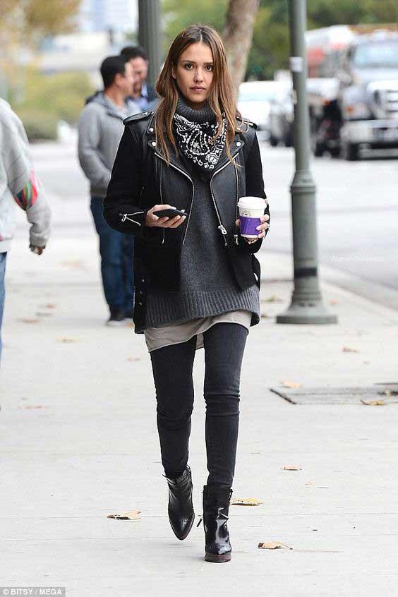 Джессика Альба в черных джинсах