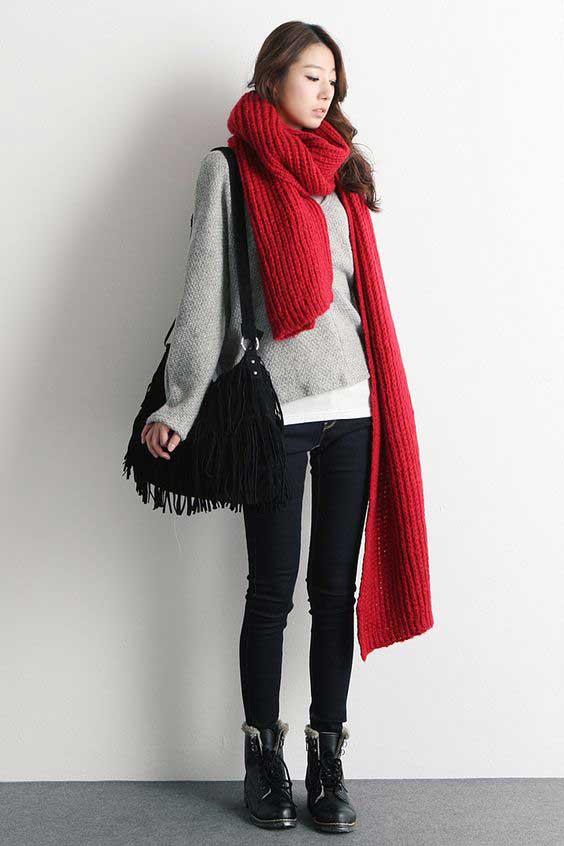 Красный длинный вязаный шарф - тренд 2017