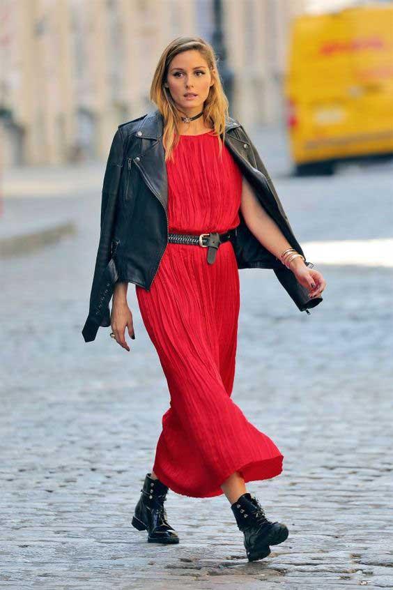 Красное платье с косухой и черной обувью