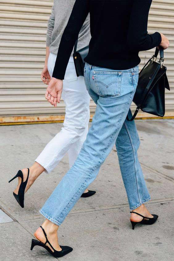 Голубые и белые джинсы и модная обувь на низком ходу