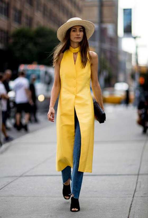 Кожаный желтый жилет в сочетании с джинсами