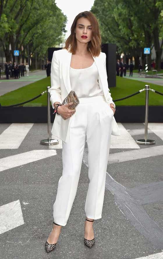 Элегантный аутфит с белым брючным костюмом