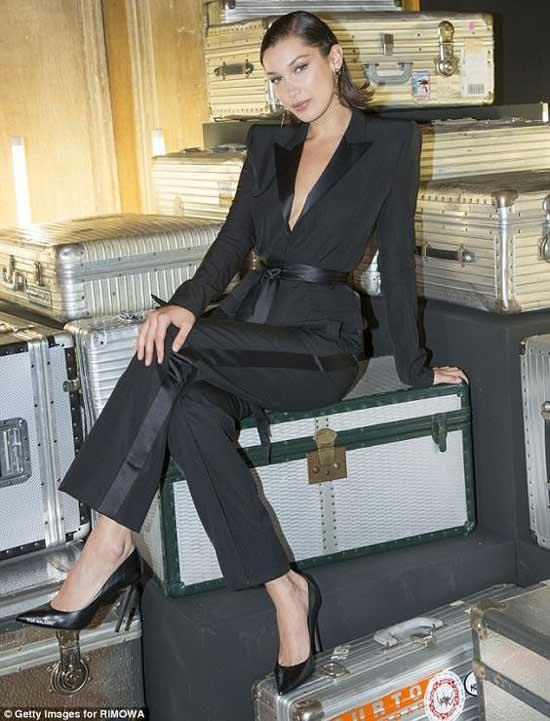 Белла Хадид черный брючный костюм