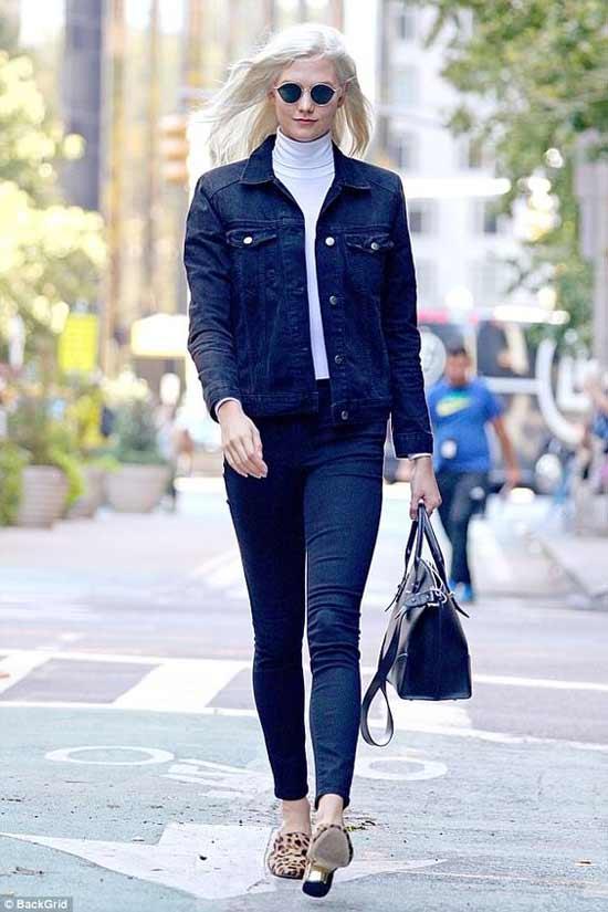 Karlie Kloss джинсовый костюм и белая водолазка