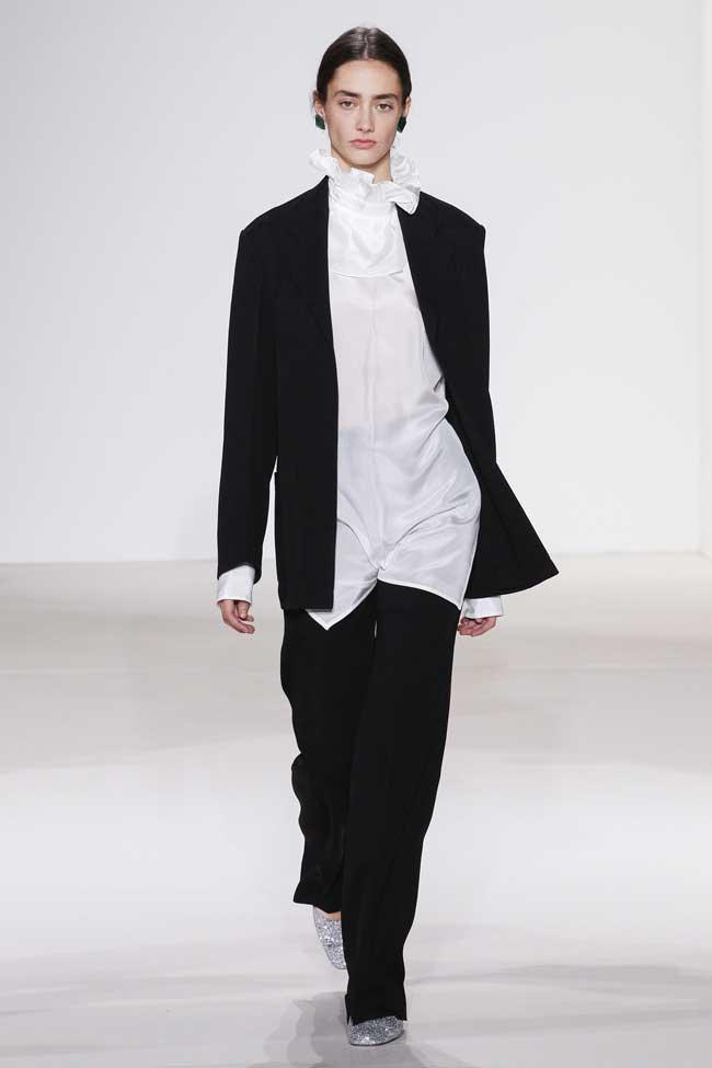 Черный костюм с белой блузкой