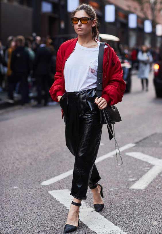 Сочетание кожаные брюки+ белая футболка
