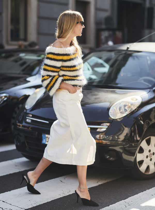 Мохеровый свитер с широкими рукавами с миди-юбкой