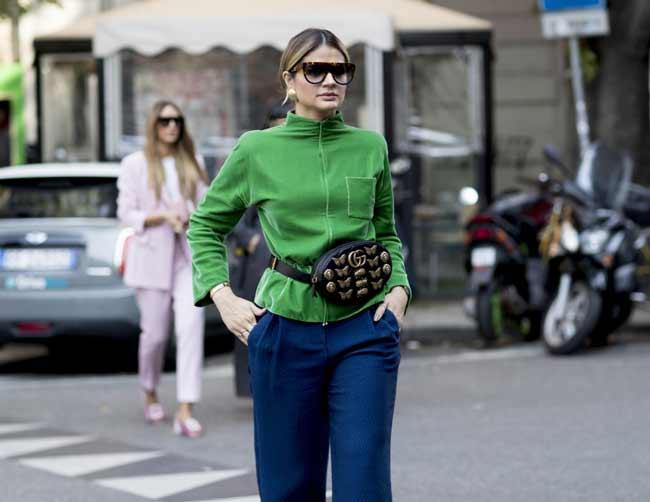 Зеленый свитер и синие брюки