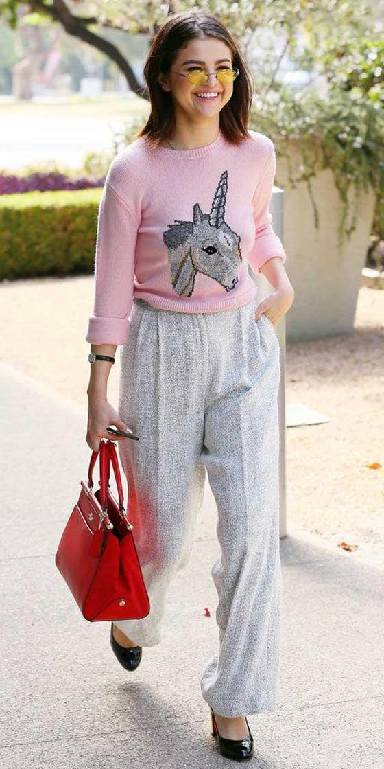 Селена Гомес розовый свитер с рисунком