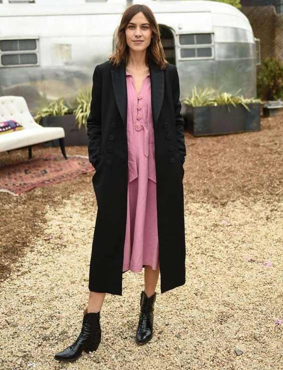 Черный плащ + ботильоны+розовое платье