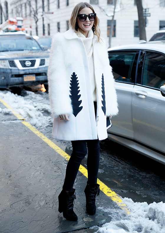 Белое пальто с легинсами и ботильонами в тон