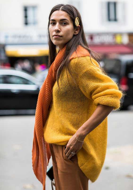 Оранжевый шарф накинутый на плечи