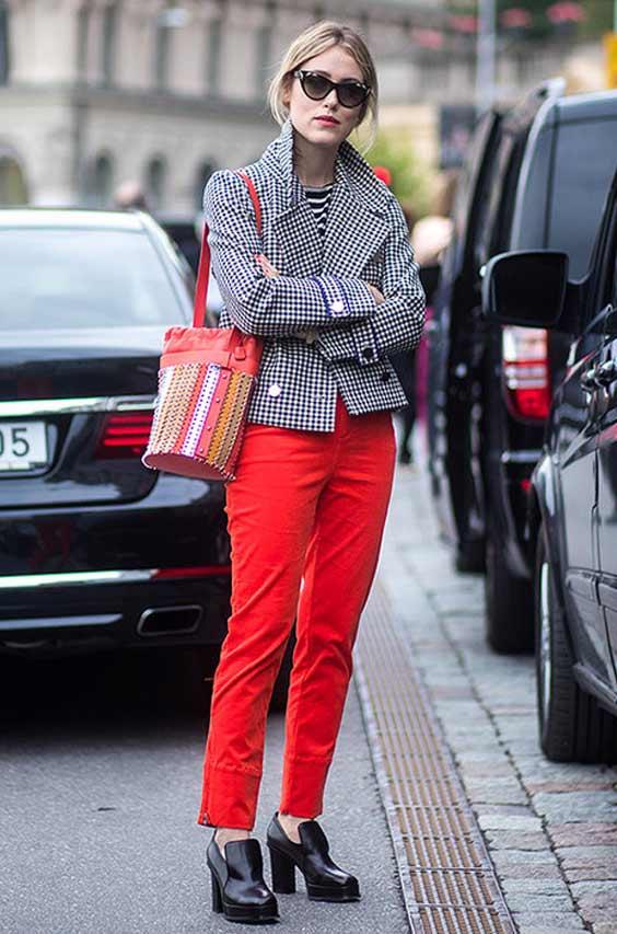 Образ с красными джинсами