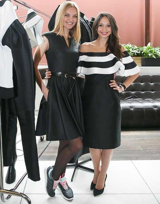 Черное приталенное платье с кроссовками