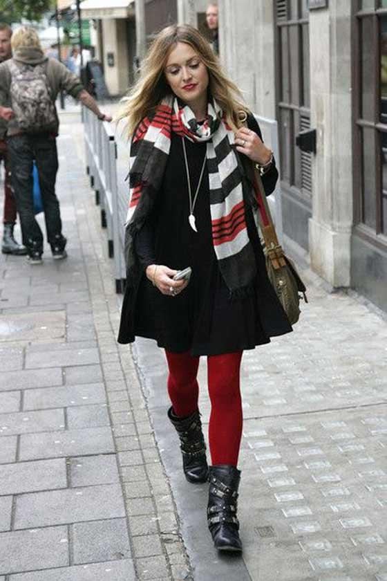 Красные колготки и шарф в тон