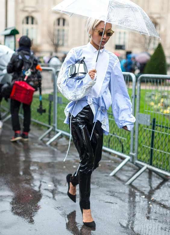 Девушка под зонтом из пластика