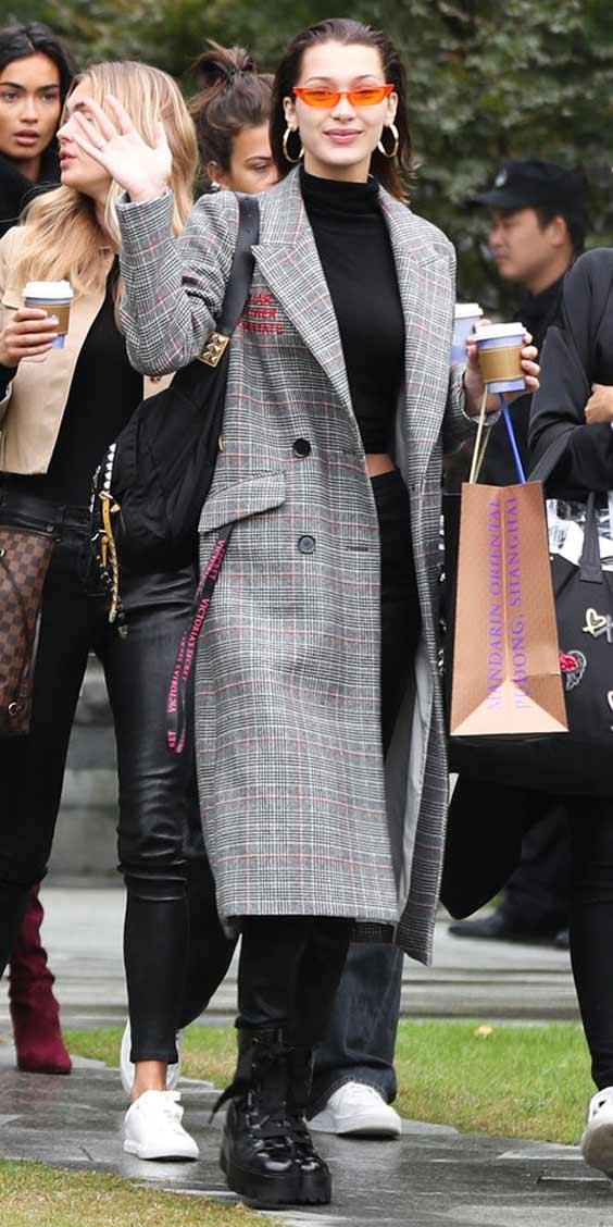 Белла Хадид в сером пальто