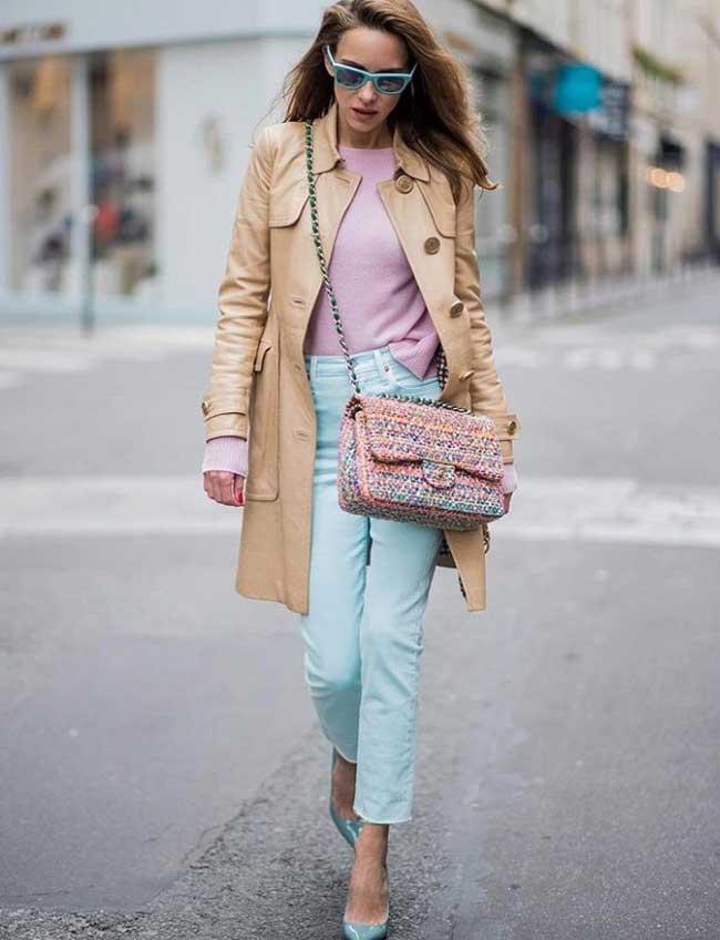 Голубые джинсы добавляют молодости образу
