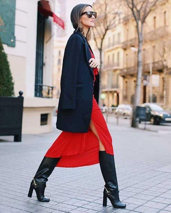 Однотонный пиджак и красное легкое платье