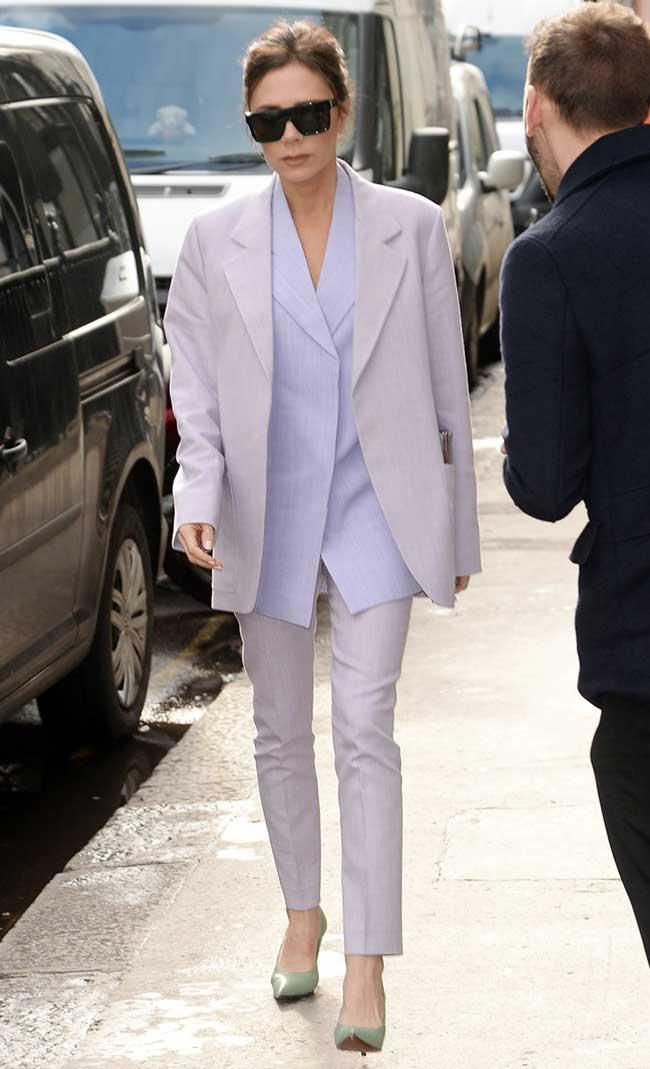 Виктория Бекхэм сочетает пиджак с блузой на тон светлее