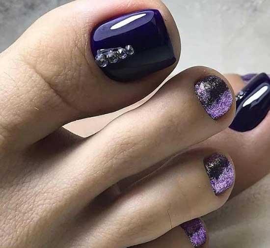 Педикюр с фиолетовыми блестками
