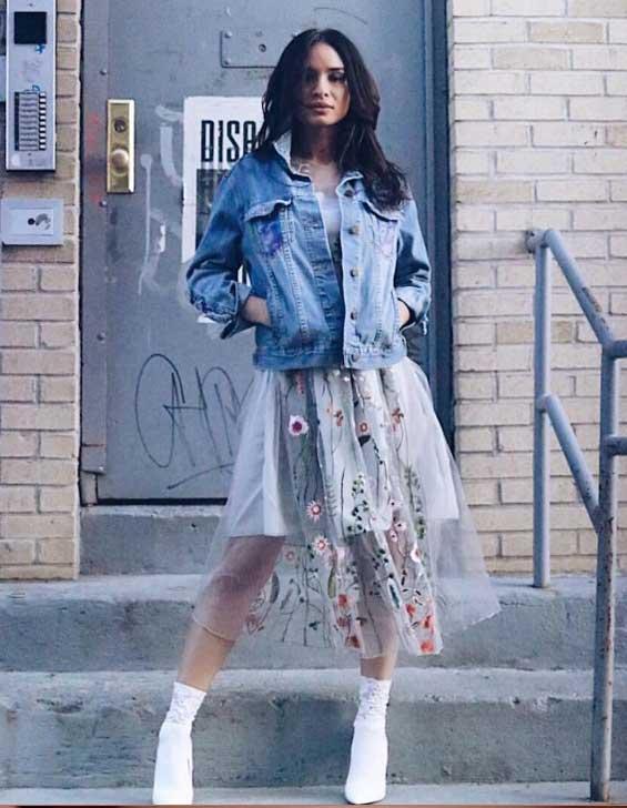 С джинсовым жакетом + платье в цветочек