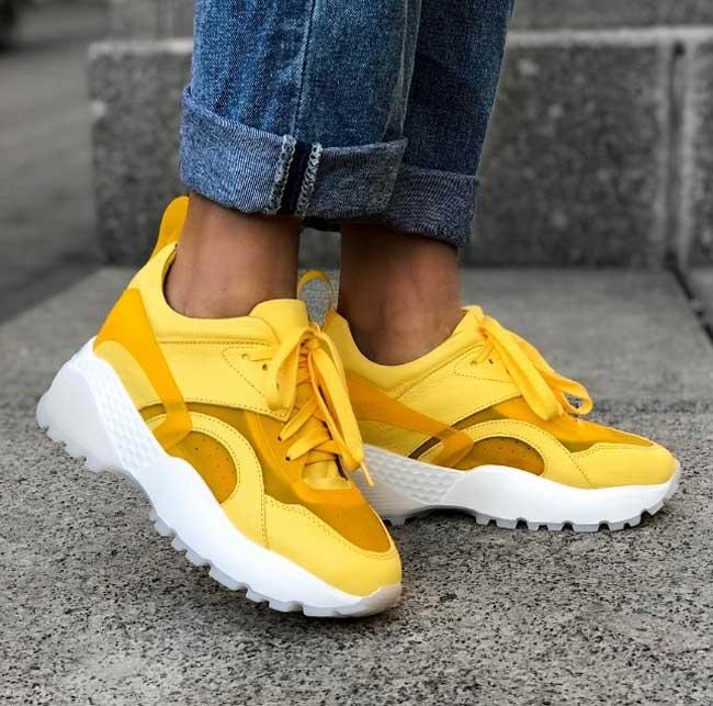 Желтые кросовки с массивной подошвой