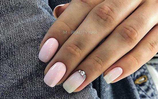 Розовый и стразы на безымянном пальце