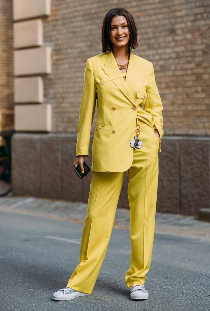 Белла Хадид демонстрирует трендовый цвет маникюра и макияжа