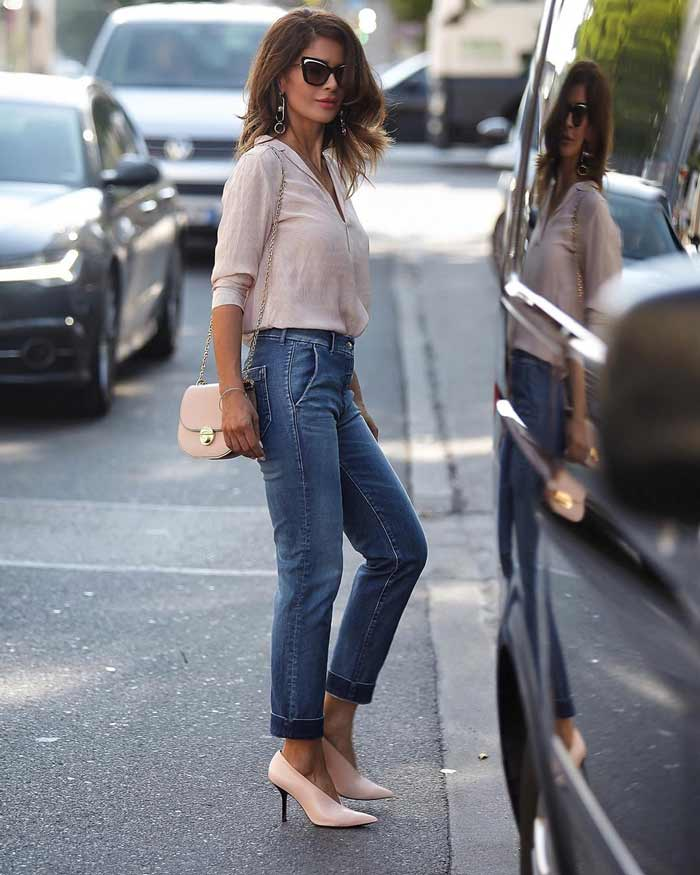 Бежевая рубашка и джинсы